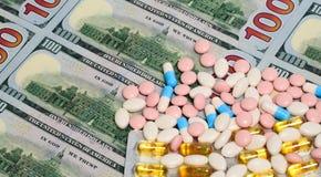 Pengar- och apotekbegrepp royaltyfri bild