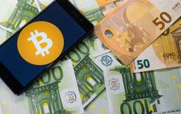 Pengar och bitcon i ett kuvert arkivfoton