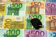 Pengar och en biltangent Royaltyfri Foto