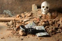 Pengar och en revolver nära skallen Brottsligt begrepp Royaltyfria Foton