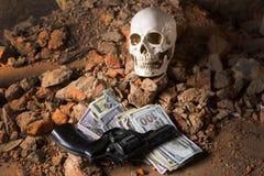 Pengar och en revolver nära skallen Brottsligt begrepp Royaltyfria Bilder