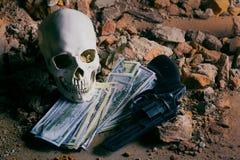 Pengar och en revolver nära skallen Brottsligt begrepp Arkivbilder
