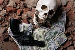 Pengar och en revolver nära skallen Brottsligt begrepp Arkivbild