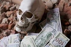 Pengar och en revolver nära skallen Brottsligt begrepp Arkivfoton