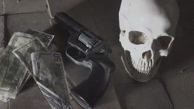 Pengar och en revolver nära skallen Brottsligt begrepp arkivfilmer