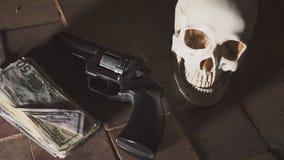 Pengar och en revolver nära skallen Brottsligt begrepp lager videofilmer