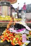 Pengar och guld för kinesisk taoismtraditionsbrännskada pappers- till förfäder Royaltyfri Bild
