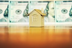 Pengar och hem - begreppet av att köpa en egenskap royaltyfria foton