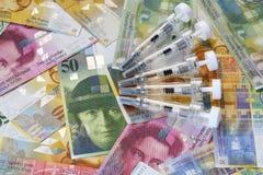 Pengar och medicin arkivfoton