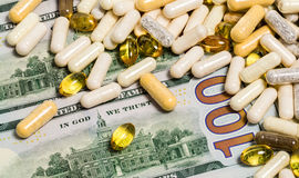 Pengar- och medicinbegrepp royaltyfri bild