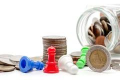 Pengar och mynt med schack pantsätter Royaltyfri Fotografi