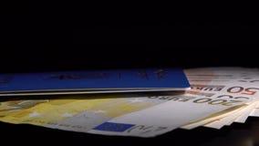 Pengar och pass på tabellen lager videofilmer