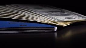 Pengar och pass på tabellen arkivfilmer