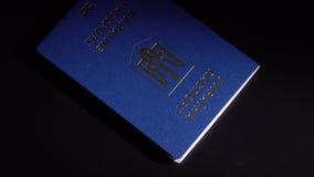 Pengar och pass på tabellen stock video