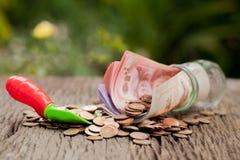 Pengar och pengar skorrar med skyffeln och kassa, sparande pengarbegrepp, Royaltyfri Bild