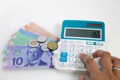 Pengar och räknemaskin för att budgetera Arkivbild