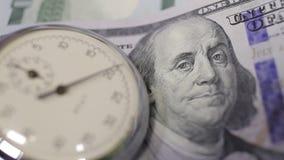 Pengar och tar tid på stock video
