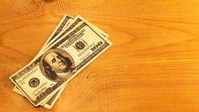 Pengar på den wood plankan Royaltyfri Foto