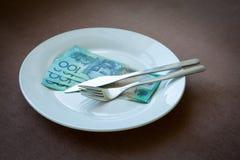 Pengar på en maträtt Fotografering för Bildbyråer