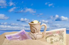 Pengar på en strand Royaltyfri Fotografi