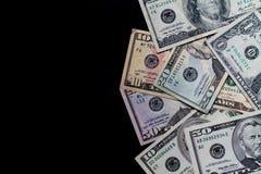 Pengar på en svart bakgrund arkivfoton