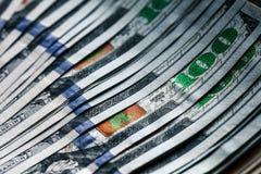 Pengar på en träbakgrund lott 100 dollar, affärssammansättning Royaltyfri Fotografi