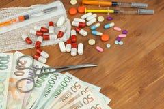 Pengar på hälsovård Betald hälsovård Pengar för behandlingen av sjukdomar och skador Inhemska besparingar på doktorer Royaltyfria Foton