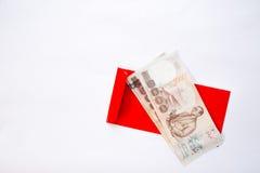 Pengar på rött kuvert Royaltyfri Fotografi