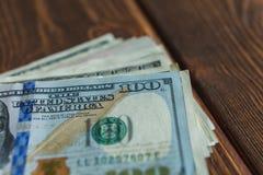 Pengar på skrivbordet royaltyfria bilder
