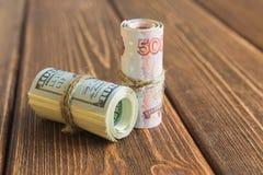 Pengar på skrivbordet royaltyfria foton