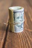 Pengar på skrivbordet arkivbilder