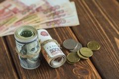 Pengar på skrivbordet arkivfoto