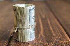 Pengar på skrivbordet arkivbild