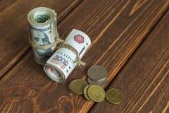 Pengar på skrivbordet fotografering för bildbyråer
