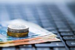 Pengar på tangentbordet av datoren Royaltyfria Foton