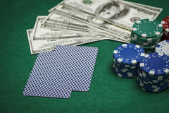 Pengar, pokerchiper och kort på tabellen Arkivbilder