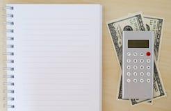 Pengar, räknemaskin och mellanrumsanteckningsbok på wood bakgrund, affär Royaltyfri Foto