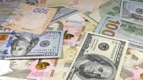 Pengar roterar på tabellen valörer Dollar och Hryvnia arkivfilmer