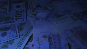 Pengar roterar på tabellen valörer Dollar och Hryvnia Ultraviolett ljus arkivfilmer