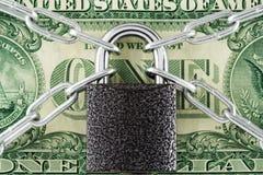 pengar skyddar ditt Arkivfoton