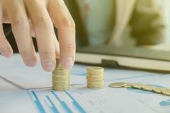 Pengar som är finansiella, affärstillväxtbegrepp, hand p för ` s för affärsman Arkivfoto