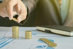 Pengar som är finansiella, affärstillväxtbegrepp, hand p för ` s för affärsman Arkivbild