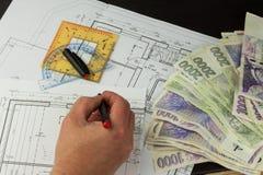 Pengar som bygger ett hus Inteckna amorteringen Giltiga tjeckiska sedlar Del av det arkitektoniska projektet, arkitektoniskt plan arkivbilder