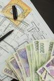 Pengar som bygger ett hus Inteckna amorteringen Giltiga tjeckiska sedlar Del av det arkitektoniska projektet, arkitektoniskt plan royaltyfria bilder