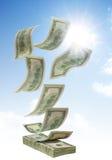 Pengar som faller från skyen arkivbilder