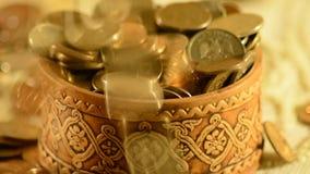 Pengar som faller in i koppen arkivfilmer