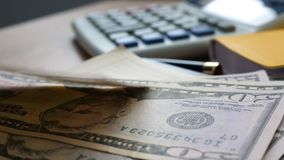 Pengar som faller på en kontorstabell Finans- och besparingbegrepp arkivfilmer