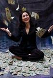 pengar som mottar kvinnan Arkivfoton