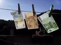 Pengar som ska torkas Arkivbild