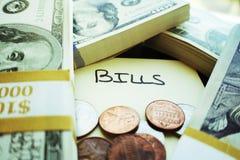 Pengar som staplas upp att föreställa räkningar som behöver betalas Royaltyfri Bild
